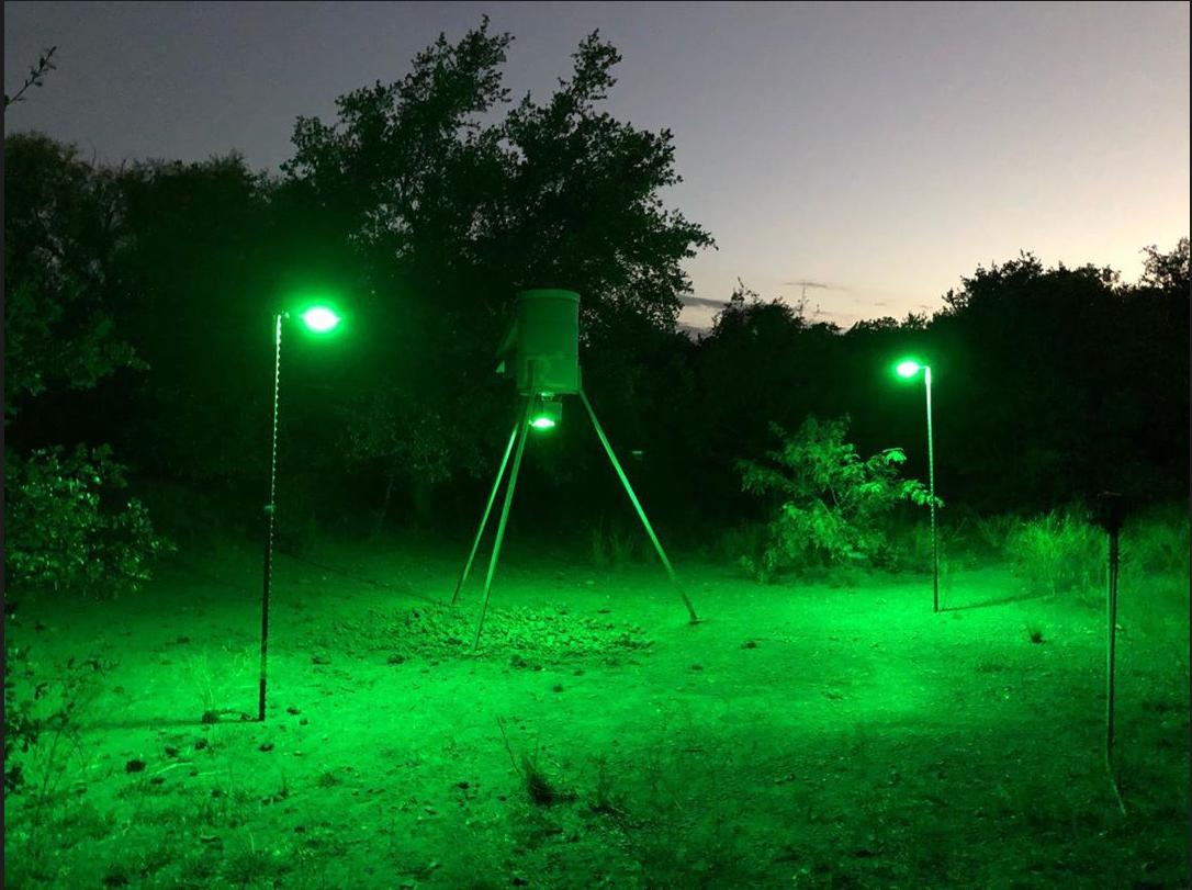 Люстра для ночного освещения прикормочной площадки Kill Light® XTREME Motion Activated Feeder Light. Если вы хотите охотиться ночью с вышки то данный осветитель просто не заменим. Усыновите его над прикормочной площадкой, прибор сам плавно включится когда появится зверь. Это самая яркая фидерная лампа Kill Light® когда-либо выпускавшаяся для охоты.