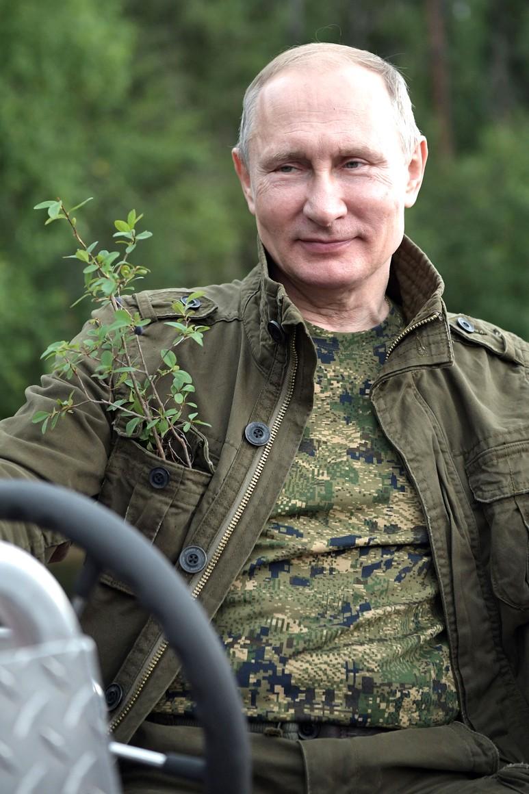 Владимир Путин с веточкой черники