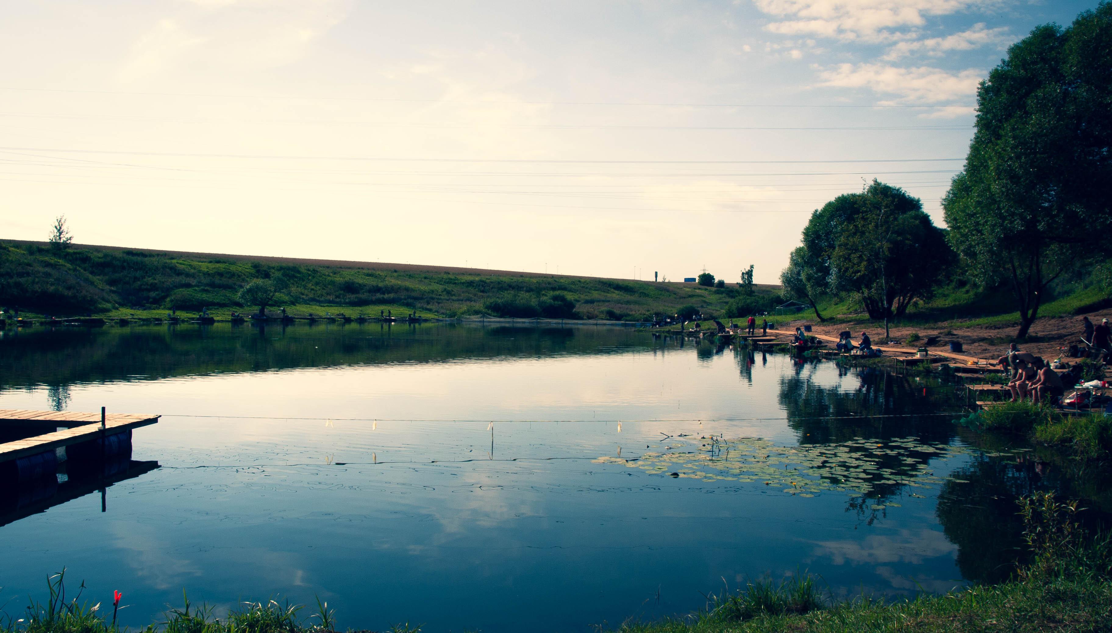 Летняя рыбалка и отдых на берегу пруда в Подмосковье по лучшим ценам! Если вы еще не побывали в Парке Каньон – воспользуйтесь возможностью отлично провести время без дальних поездок. Это одно из тех мест, которое привлекает потрясающе красивыми пейзажами, комфортными условиями и полным спектром услуг не только для плодотворной рыбалки, но и семейного отдыха на природе.