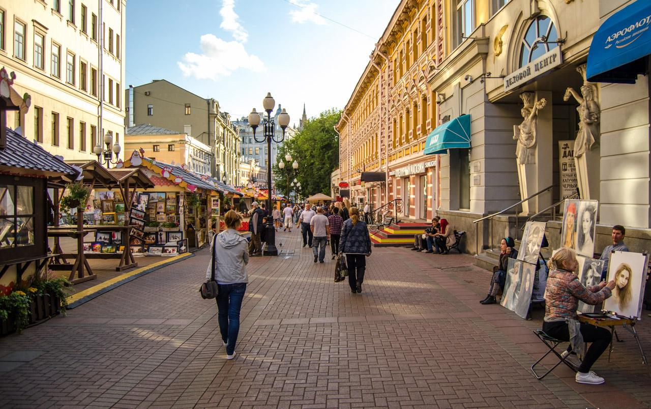 Арбат: улица находится совсем рядом с центральными московскими достопримечательностями. Арбат покажет гостям самобытность великого города, его творческий настрой, переулочки Арбата наполнены аурой проживавших в них москвичей. Пешеходная улочка наполнена магазинчиками сувениров и кафе: в теплую погоду сувениры продаются на улице, там же можно перекусить, одновременно рассматривая спешащих по делам пешеходов и многочисленных приезжих. На Арбате расположен легендарный театр Вахтангова, музей Пушкина, стена Цоя. Особый колорит улочке придают музыканты, которые на разные голоса поют свои песни.
