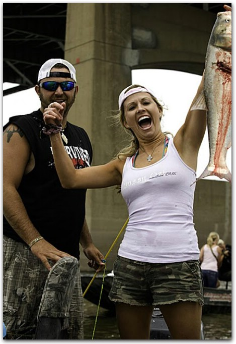 Extreme Aerial Bowfishing: Jumping Carp Breaks Woman's Jaw in Illinois - Экстремальный боуфишинг