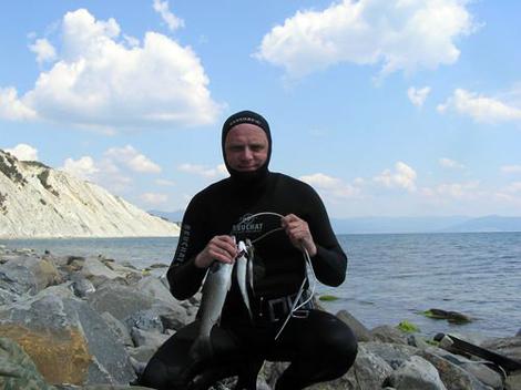 Подводная охота в море с двумя ружьями